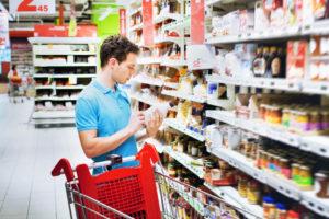 Consumidor inteligente comparando precios
