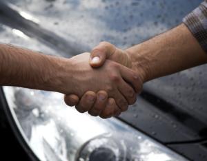 ¿En qué debes fijarte al comprar un auto usado?